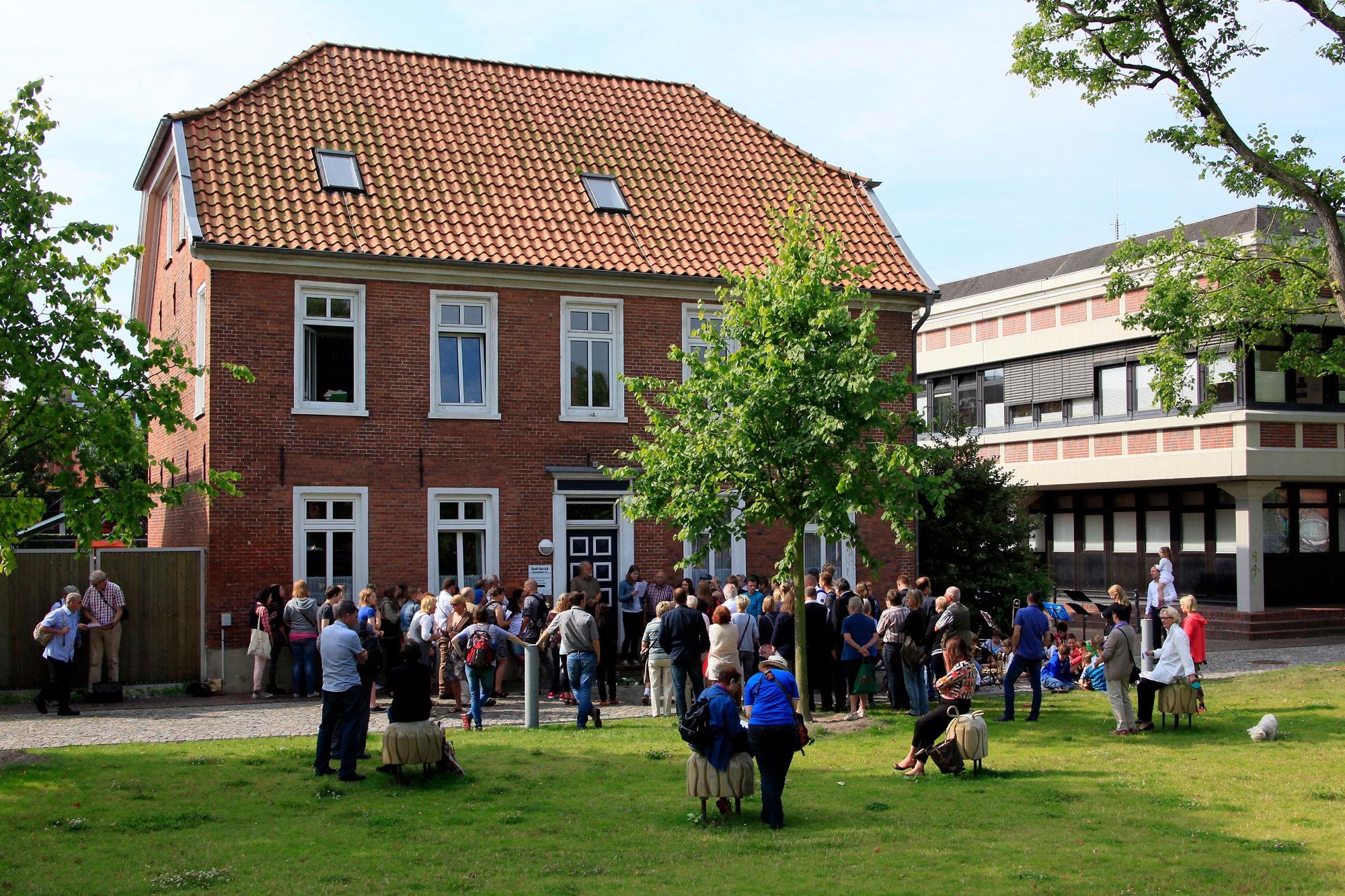 Bei der Verlegung der Stolpersteine für die Wolffs-Zwillinge am 17. Juli 2014 waren – wie gewohnt – viele Zuschauer dabei.