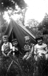 Sonja Samson (rechts) im Sommer 1935