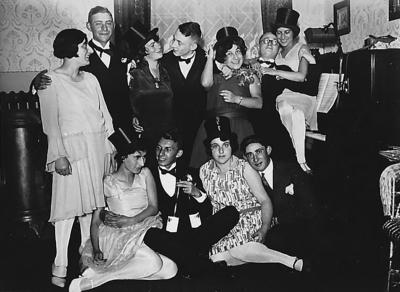 Silvester 1937/38 im Hause Goldschmidt, hinten von links: Dina Buxbaum, Julius Samson, Emma Samson, Harri Hoffmann, Martha Moses, Dr. Manfred Hoffmann in den Armen von Herta Goldschmidt und vorne: Mary Gidansky und Henry Lachmann. Die beiden Personen rechts daneben sind unbekannt.
