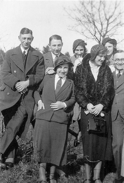 Julius Samson (hinten links) mit Freunden. Mit dabei hinten: Harri Hoffmann (2. v. l.), Emmi Samson (rechts) sowie Dr. Manfred Hoffmann (vorne rechts). Die drei übrigen Frauen sind unbekannt.