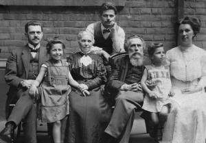 v.l.n.r.: Elise Franks älterer Bruder Felix, ihre älteste Tochter Charlotte, Mutter Bertha (geb. Ems), der jüngere Bruder Gerhard, Vater David, ihre jüngste Tochter Martha, Elise Frank
