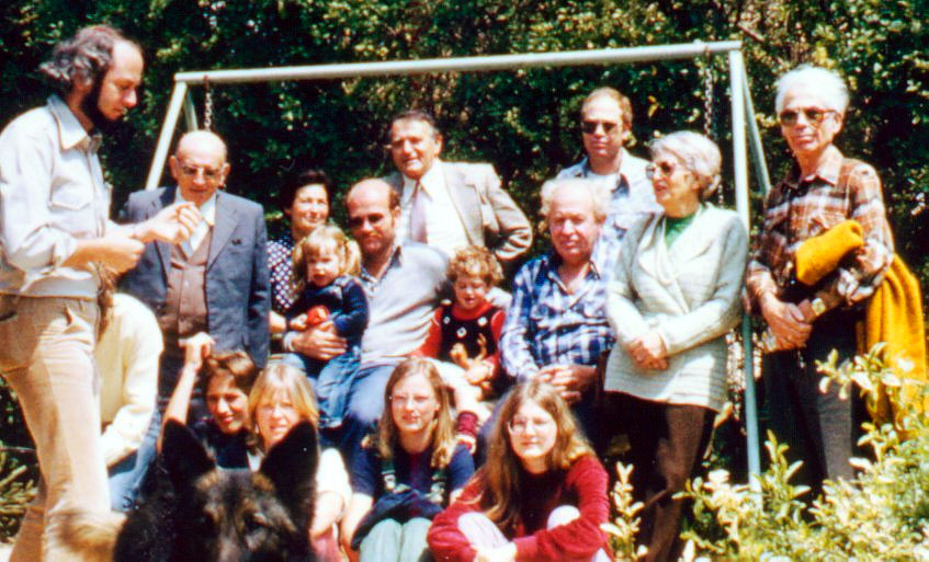 Wolff Benjamin Wolffs ist hier als Zweiter von links im Garten von Shlomo Wolff in Beit Jitzchak zu sehen. Eine Schülergruppe aus Aurich ist mit Lehrer Wolfgang Freitag (links) ca. 1983 zu Besuch in Israel.