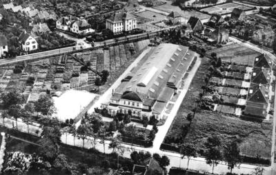 """Im Zuge des Pogroms 1938 wurden die Auricher Juden in der Viehauktionshalle (""""Bullenhalle"""") an der Emder Straße eingesperrt und gequält. Die Halle wurde 2017 abgerissen und dort ein Kino gebaut."""