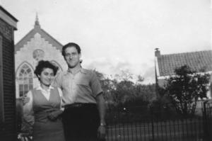 Berni Walhheimer mit Friedel Weinberg aus Westrhauderfehn nach dem Krieg vor der Synagoge im niederländischen Emmen