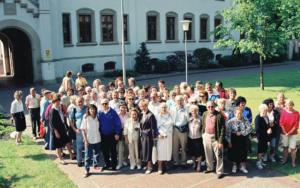 Bei der Woche der Begegnung im Jahre 1992 kam auch Berni Wallheimer (vorne mit grüner Strickjacke) nach Aurich