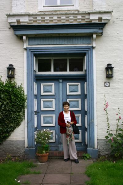 Laura Hillman besuchte 2004 Aurich und sah auch das ehemalige Wohnhaus Gut Eschen wieder, wo die Familie bis 1938 gelebt hatte