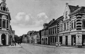Die Norderstraße ist traditionell eine beliebte Einkaufsstraße. Rechts ist das Geschäft H. C. Knurr zu sehen.