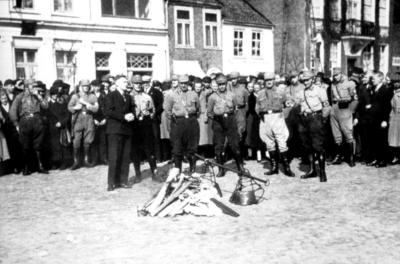 Am 29. April 1933 wurden die Schächtmesser jüdischen Schlachter auf dem Auricher Marktplatz zusammengeholt und ein Feuer gemacht
