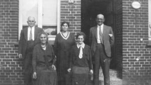 In Aurich 1932 vor dem Haus Wallstraße 46 sind die Geschwister Hartog zu sehen, von links: Oskar, Berta, Sara, Henni und Hermann.