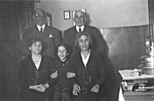 In der Küche in Aurich 1937 – hinten: Hermann und Oskar, vorne: Sara, Inge und Berta