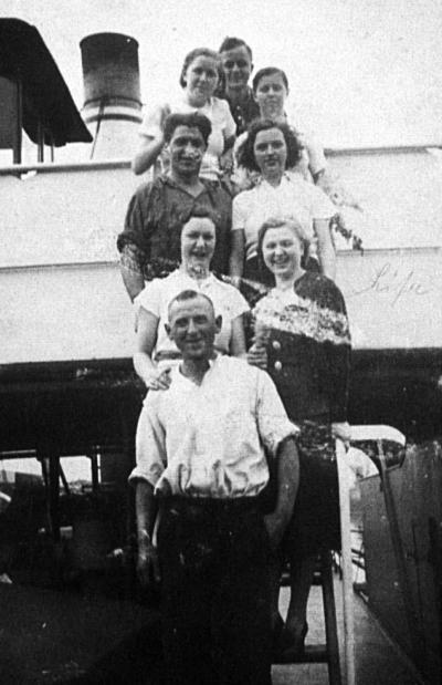 """Josef Cohen (Mitte links) mit Kollegen der """"Reiher"""" und unbekannten Frauen"""