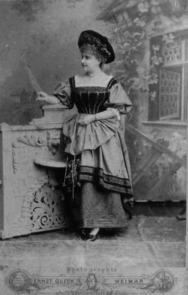 Jenny Fleischer-Alt mit Kostüm