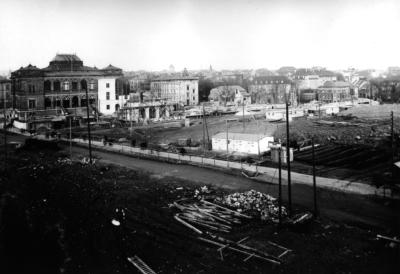 Das Neue Museum Weimar in einer Ansicht um 1937. Bei der Erbauung des Gauforums ab 1937 wurde der davor gelegene Asbachgrund zugeschüttet und überbaut, auch der Richtung Bahnhof führende Viadukt wurde abgerissen.