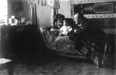 Emil Fischer mit seiner ersten Frau Lily und ihrer Tochter, die schon mit fünf Jahren starb.