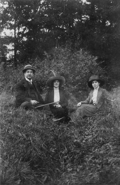 v.l.n.r. – Emil und Lily, unbekannte Frau