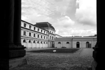 """1936 zog die Geheime Staatspolizei (Gestapo) in den ehemaligen großherzoglichen Marstall ein. In der Remise wurde ein Behelfsgefängnis eingerichtet. Auf diesem Hof wurden Juden """"gesammelt"""", um deportiert zu werden. Die """"Zweckbauten"""" im Innenhof des Marstalls wurden 1997 abgerissen und öffentlich zerschreddert."""
