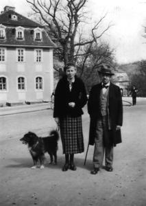 Eva Mühlbächer mit dem Musiklehrer Gustav Lewin. Ab 1942 brachte die junge Frau der Witwe Martha Kreiß (S. 46) täglich etwas zu essen.