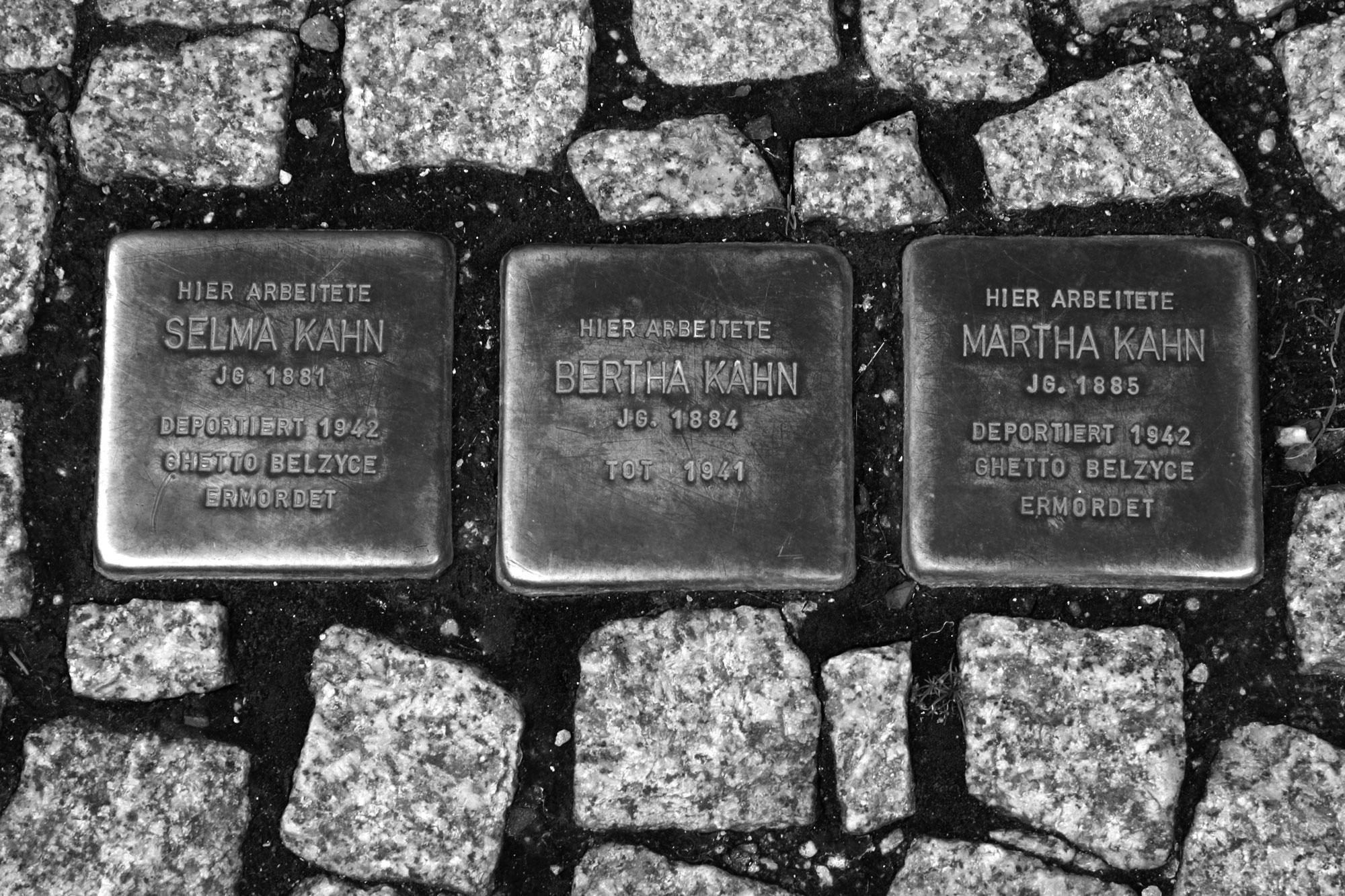 Stolpersteine für die drei Schwestern Kahn in der Wielandstraße 2.