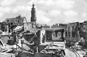 1945, Markt nach Bombenangriff, Blick vom Markt zum Schlossturm
