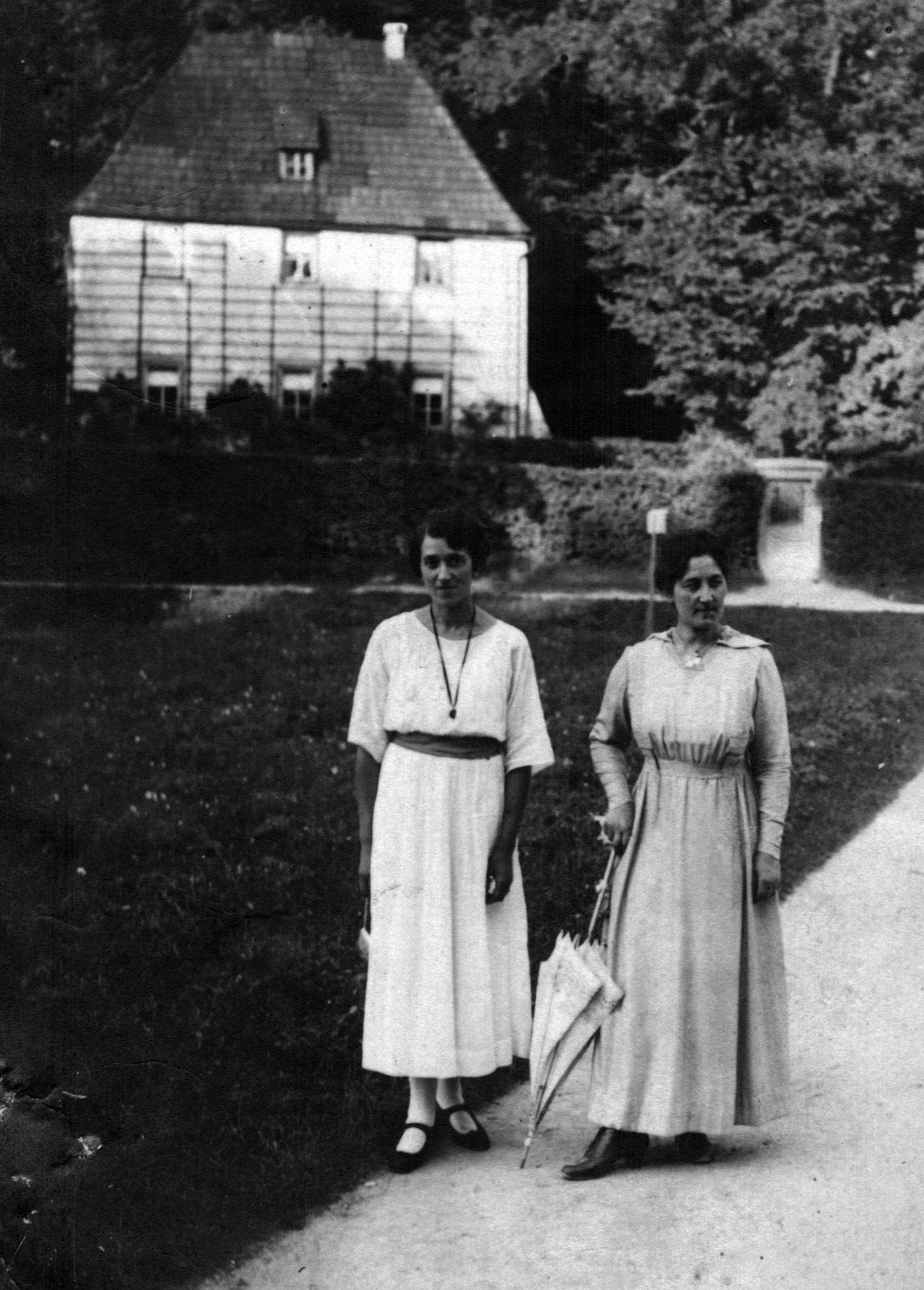 Wally Goldschmidt und ihre Mutter Henriette beim Spaziergang im Ilmpark Weimar